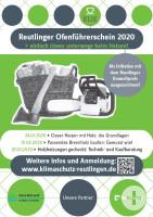 Das Plakat für den Reutlinger Ofenführerschein 2020 ist in Grau und Hellgrün gestaltet. Zu sehen sind ein Korb mit Holzscheiten, eine Axt und eine Kettensäge sowie Informationen zum Ofenführerschein.